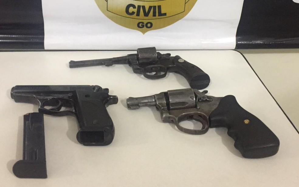 Armas que teria sido usadas nos crimes foram apreendidas pela polícia — Foto: Polícia Civil/Divulgação