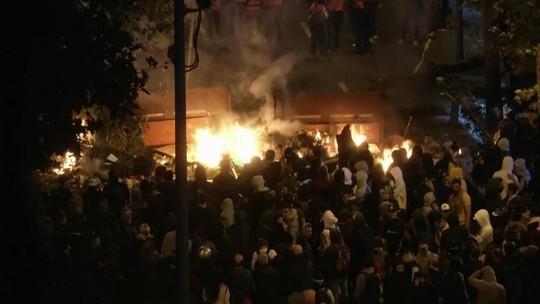 Manifestantes voltam às ruas de Barcelona pelo 6º dia
