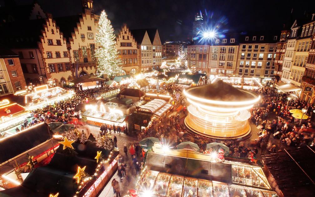 Centenas de pessoas se reúnem para participar da abertura do tradicional mercado de natal na praça Roemerberg em Frankfurt, na Alemanha, em foto de dezembro de 2014 — Foto: Michael Probst/AP/Arquivo