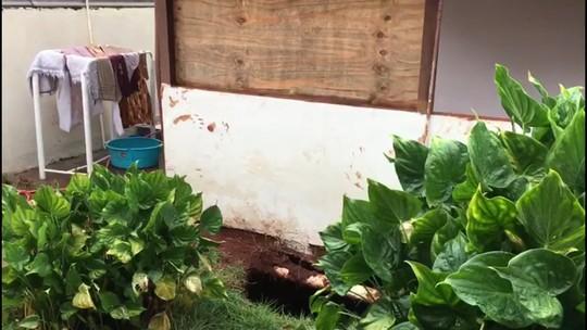Mulher cai em buraco de mais de 15 metros que se abriu em frente à varanda da casa dela