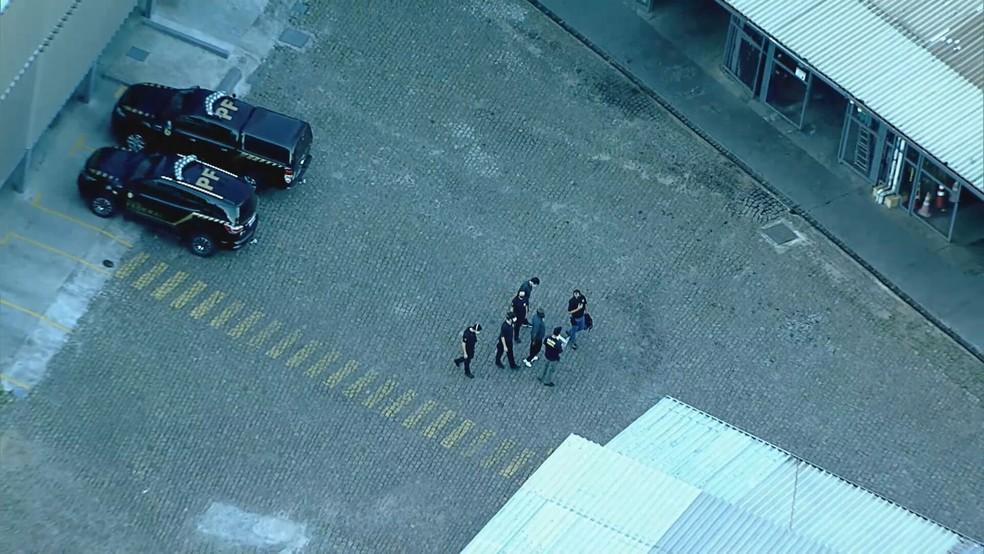 Policiais federais fazem buscas na garagem da Saritur — Foto: Reprodução/TV Globo