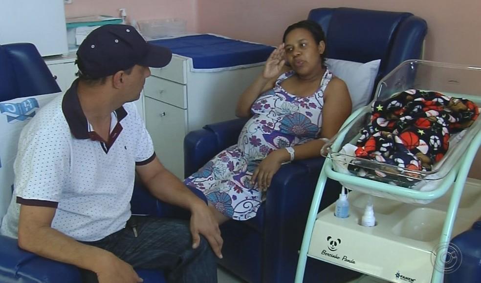 Casal contou como foi a experiência do parto em Marília com a ajuda da intérprete  — Foto: TV TEM / Reprodução
