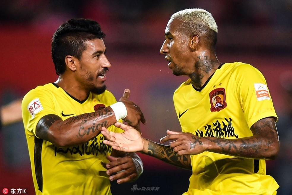 Paulinho e Talisca estão juntos há seis meses na China, mas só agora clube exerceu opção de compra — Foto: Sina.com