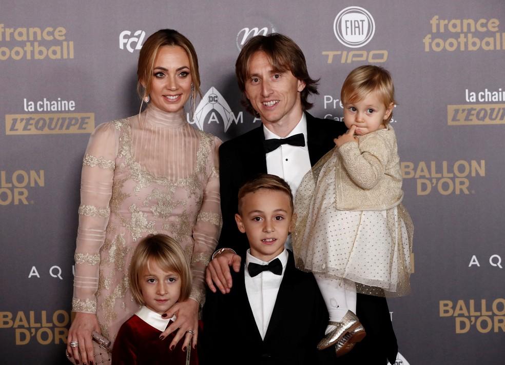 Modric e sua família na chegada à cerimônia da Bola de Ouro — Foto: Reuters