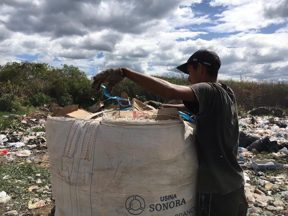 Crise na Venezuela faz com que imigrantes recorram ao lixo em Pacaraima para sobreviver — Foto: Emily Costa/G1 RR