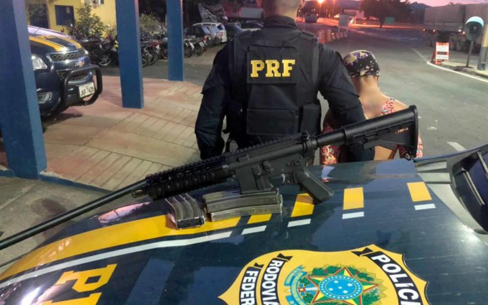 Mulher foi presa com um fuzil AR-15 em um ônibus, na BR 242, em Itaberaba — Foto: Divulgação/PRF