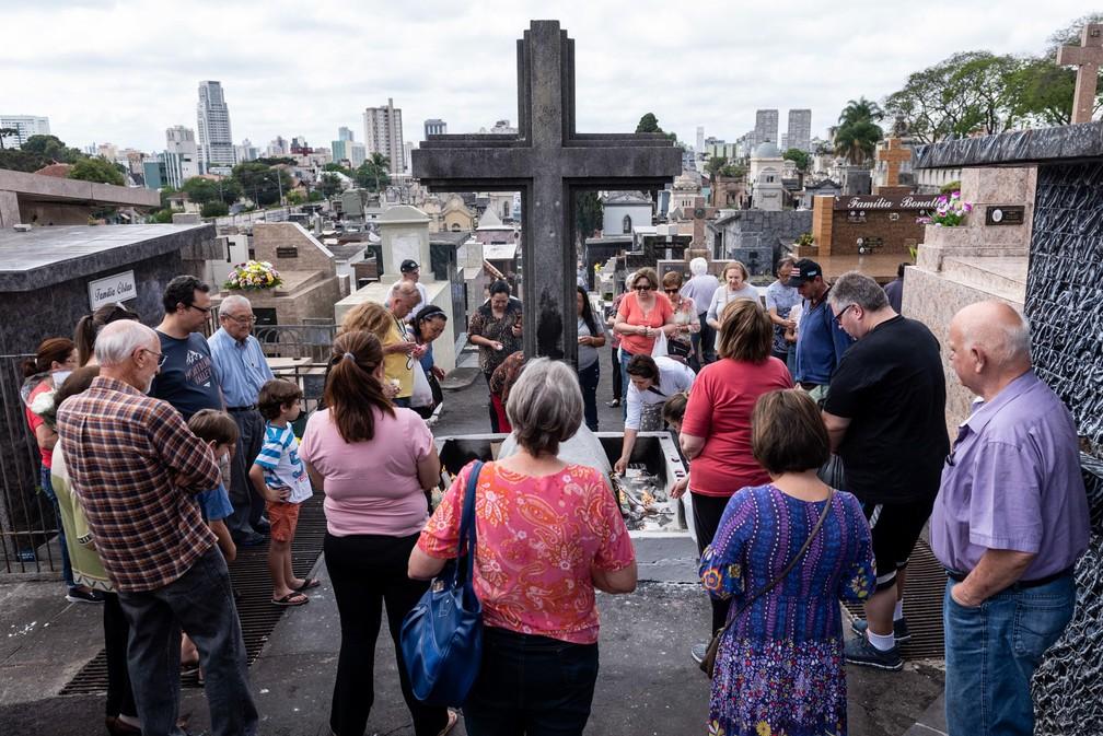Pessoas levam homenagem aos entes queridos no cemitério São Francisco, no centro de Curitiba — Foto: Henry Milleo/FotoArena via Estadão Conteúdo