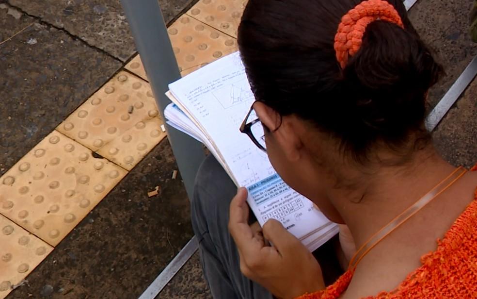 Candidata ao vestibular da Unicamp 2018 estuda antes da prova da primeira fase, em Campinas (Foto: Reprodução/EPTV)