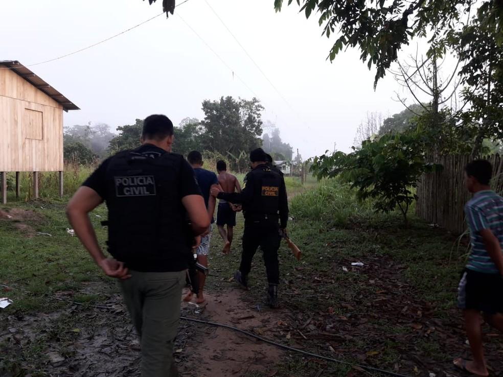 Seis homens foram presos em flagrante com arma  (Foto: Divulgação/Polícia Civil )