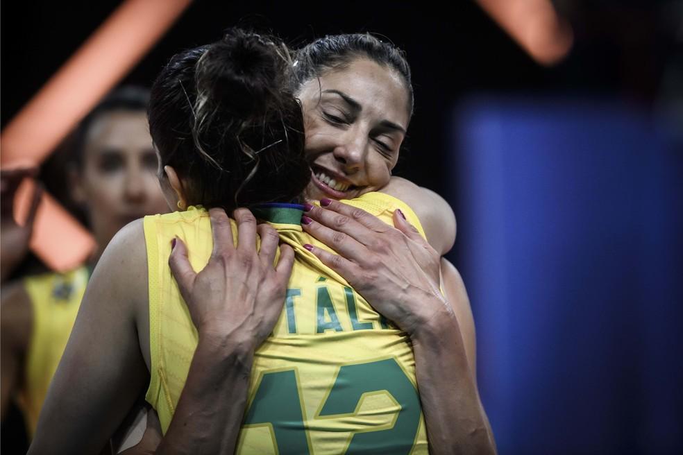 Natáçlia recebe o carinho de Gattaz em sua volta às quadras contra a Holanda — Foto: Divulgação / Fivb
