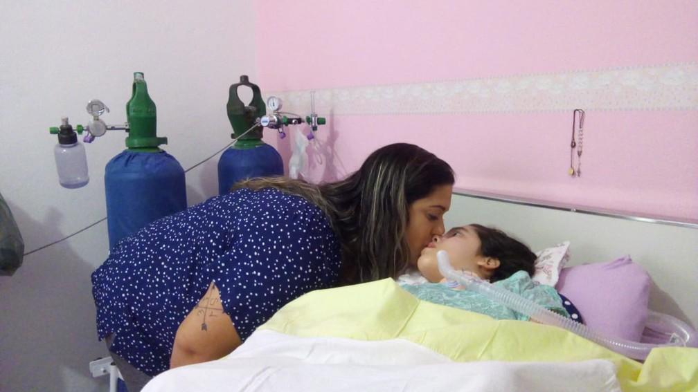 Mãe de Rafaela Ribas, que tem paralisia cerebral, luta para conseguir um gerador — Foto: Filipe Barbosa/ Inter TV