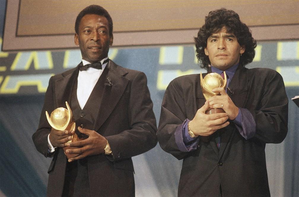 Pelé e Maradona recebem troféus no Oscar dos Esportes em Milão, na Itália, em março de 1987 — Foto: AP/Arquivo