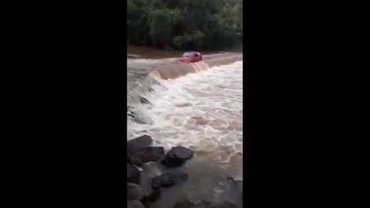 Motorista tenta atravessar ponte e carro é invadido pela correnteza de rio no Oeste de SC; veja vídeo