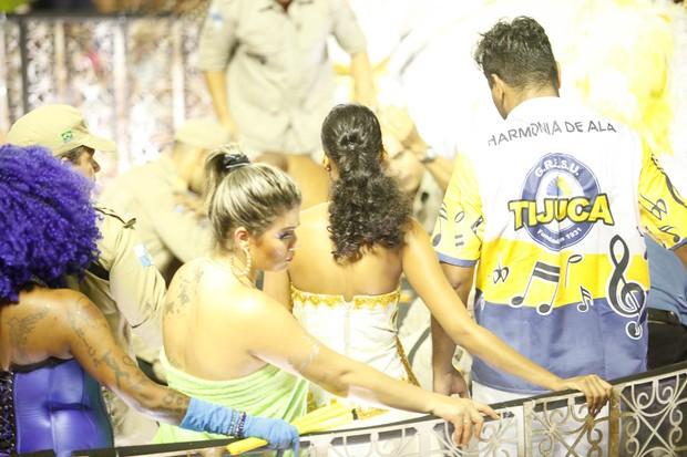 Aline Dias no alto do carro quebrado (Foto: Anderson Barros / EGO)