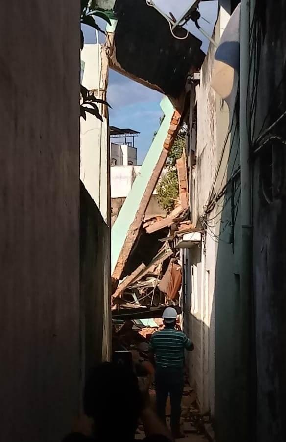 Muro de obra desaba e atinge casas no Bairro Poço Rico em Juiz de Fora