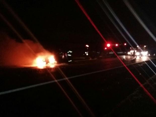 Veículo pegou fogo após sofrer pane elétrica e ser atingido por ônibus na SP-280 (Foto: Adolfo Lima/ TV TEM)