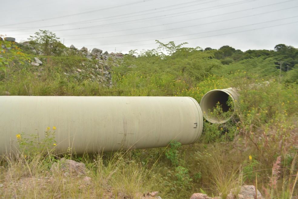 Tubulação que deveria captar água bruta do rio Madeira, em Porto Velho, interrompida em seu trecho inicial.  — Foto: Pedro Bentes/G1