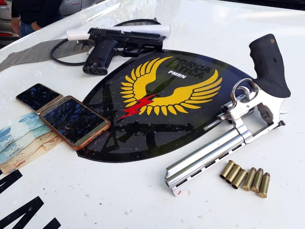 Armas apreendidas após tiroteio entre policiais e suspeitos de assalto, na Zona Norte de Natal.  — Foto: PM/Divulgação