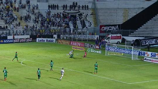 Magrão é lançado na área, mas Giovanni sai bem do gol, aos 31' do 2º tempo