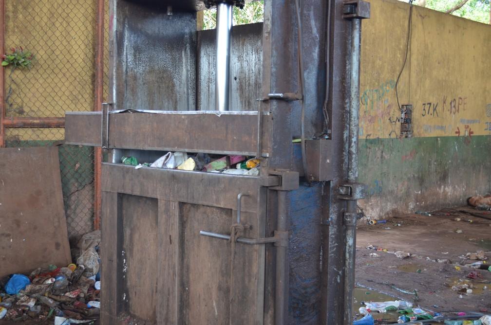 Maquina de compreessão de plástico em coperativa de coleta seletiva (Foto: Jheniffer Núbia / G1)