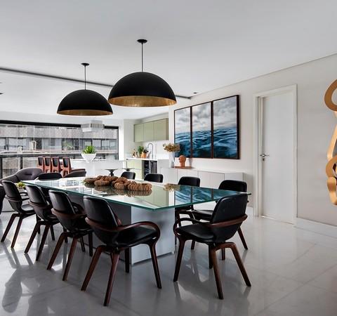 Em Salvador, apartamento em frente ao mar exibe décor prático