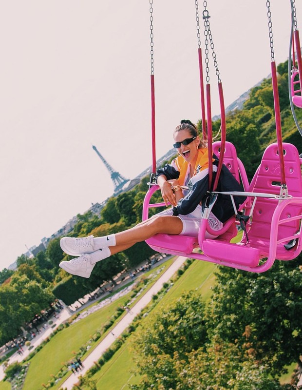 Izabel Goulart has fun at the Fête Foraine des Tuileries, 2019 (photo reproduction in Instagram)