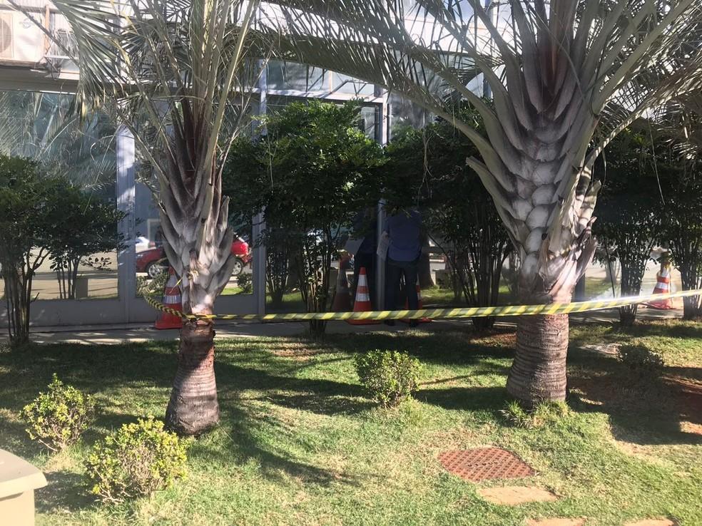 Área externa do Ministério do Trabalho é isolada na manhã desta segunda-feira (Foto: Letícia Carvalho/G1)