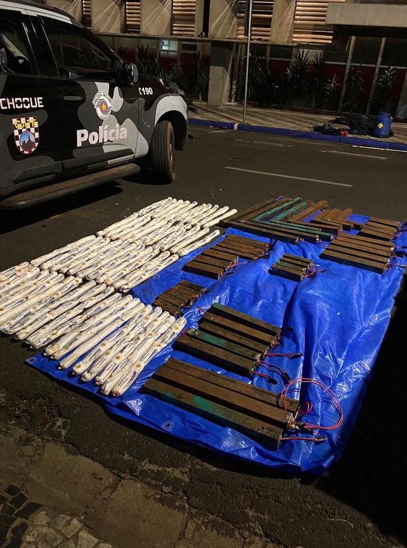 Explosivos e bananas de emulsão foram apreendidos em caminhão deixado por quadrilha em ataque a bancos de Araçatuba — Foto: Polícia/Divulgação