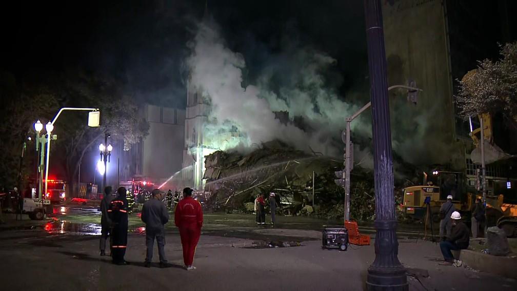 Bombeiros continuam combate a focos de incêndio no prédio que desabou em São Paulo (Foto: Reprodução/TV Globo)