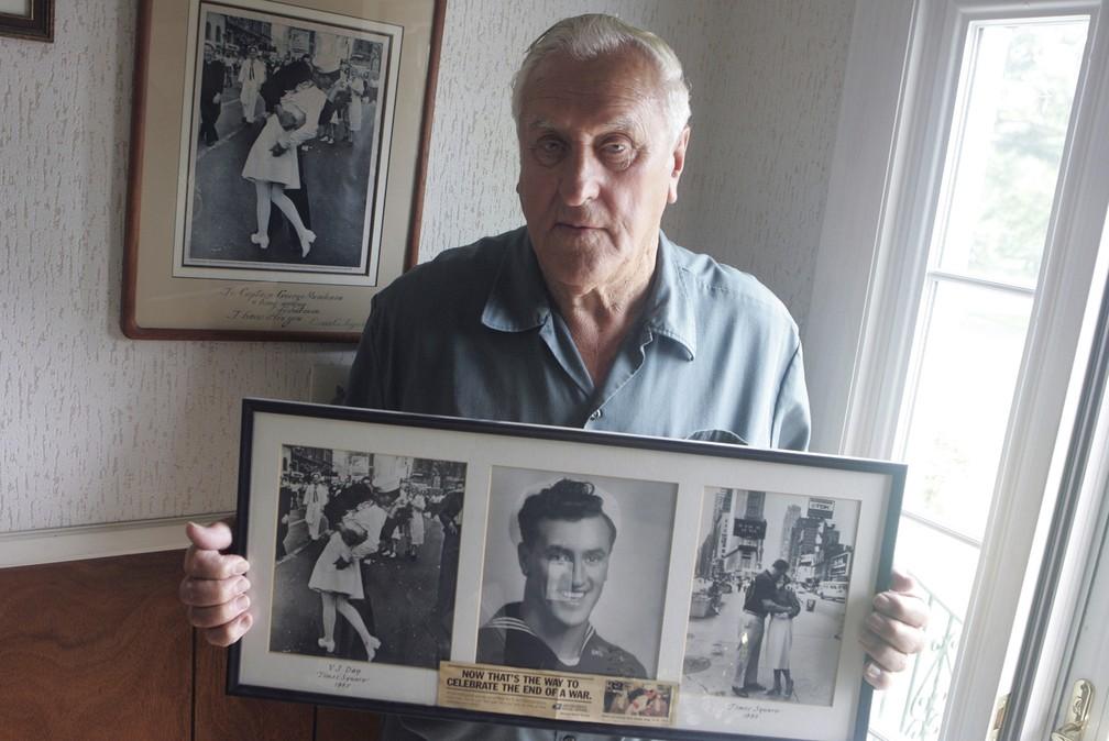 Durante anos, George Mendonsa tentou provar que era ele o homem na foto aos beijos com mulher vestida de enfermeira no fim da Segunda Guerra Mundial — Foto: Connie Grosch/Providence Journal via AP