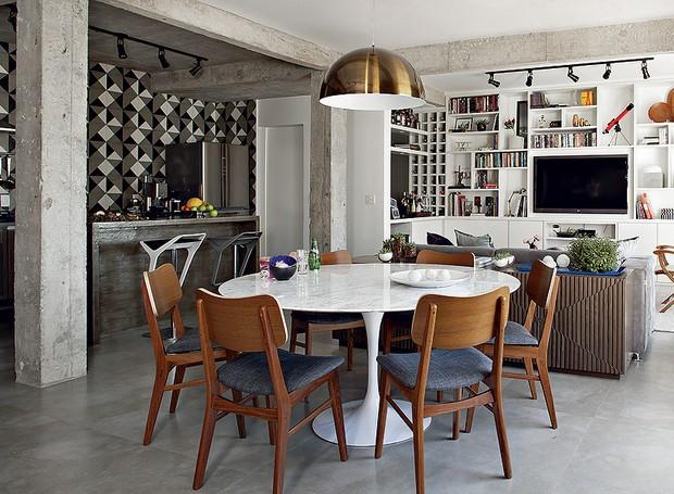 O desafio da arquiteta Gabriela Marques foi trazer ares sóbrios para o apartamento de 110 m². Para isso, ela apostou no concreto aparente e nos tons de cinza dos demais revestimentos (Foto: Edu Castello / Casa e Jardim)