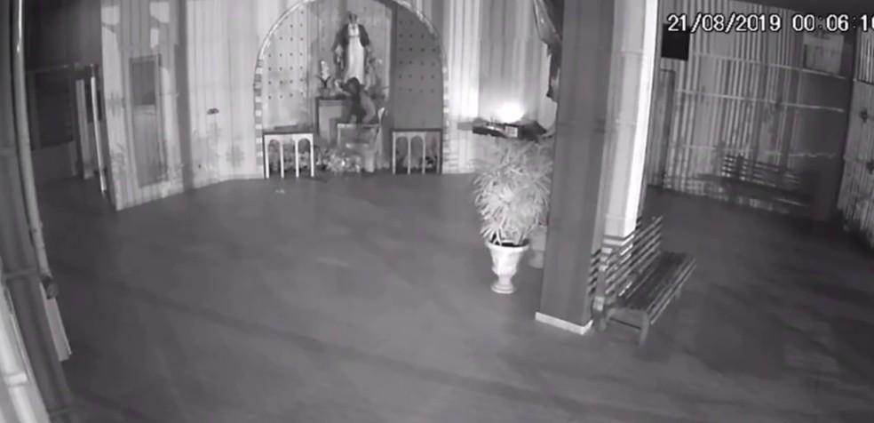 Câmera de segurança flagra homem furtando portões de bronze de igreja em Jundiaí — Foto: Câmeras de segurança/Divulgação