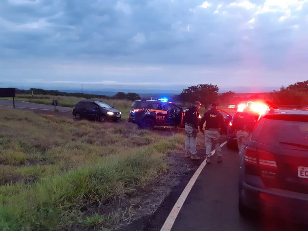 Perseguição que começou na BR-153, em Ourinhos, terminou na Rodovia Raposo Tavares, em Chavantes — Foto: Polícia Rodoviária Federal/Divulgação
