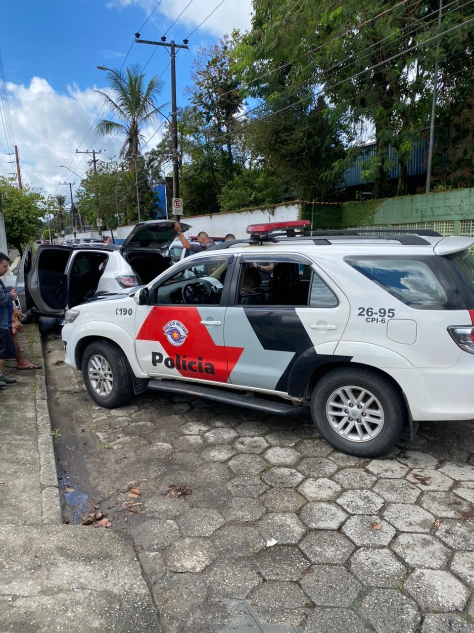 Dois homens são flagrados pela PM após roubo de carga em Guarujá; vídeo