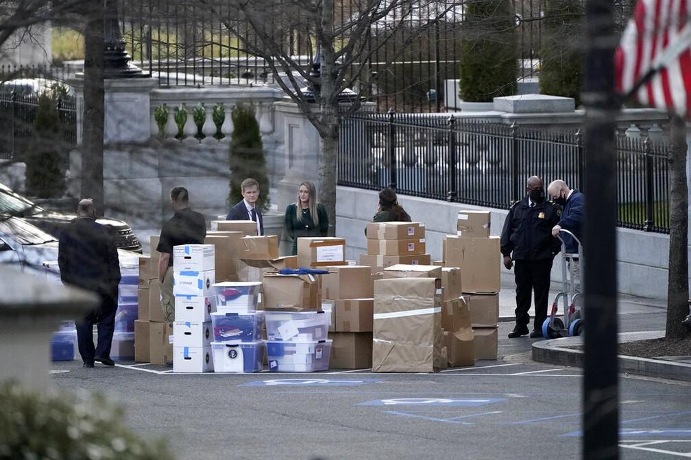 Funcionários começam a esvaziar seus escritórios na Casa Branca, em foto de 14 de janeiro de 2021 — Foto: Gerald Herbert/AP