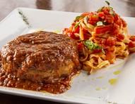 Polpetone com mussarela de búfala e espaguete caseiro de batata-doce