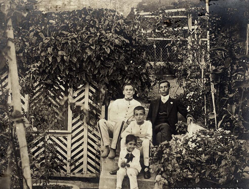 Professor Julio (no centro da foto) em Queluz, onde passou a infância (Foto: Centro de Memória da Educação Unicamp/Reprodução)
