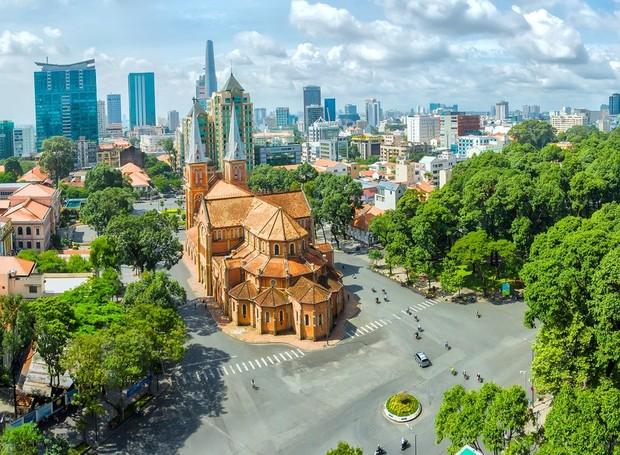 Ho Chi Minh possui escritórios modernos que se misturam aos templos antigos e ornamentados  (Foto: Getty Images/ Reprodução)