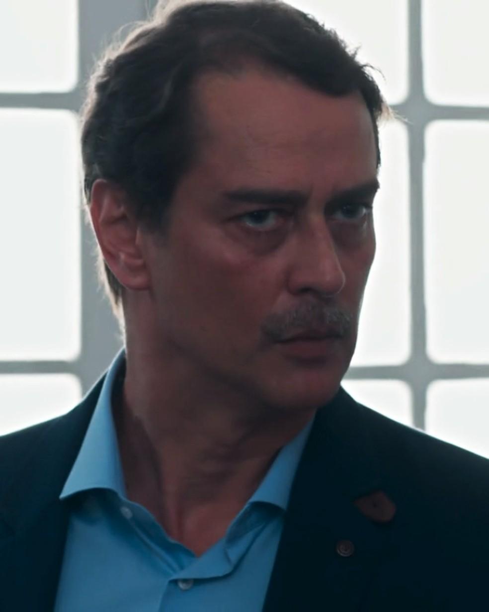 Edgar (Marcello Antony) pede explicações a Bóris (Mouhamed Harfouch) — Foto: Globo