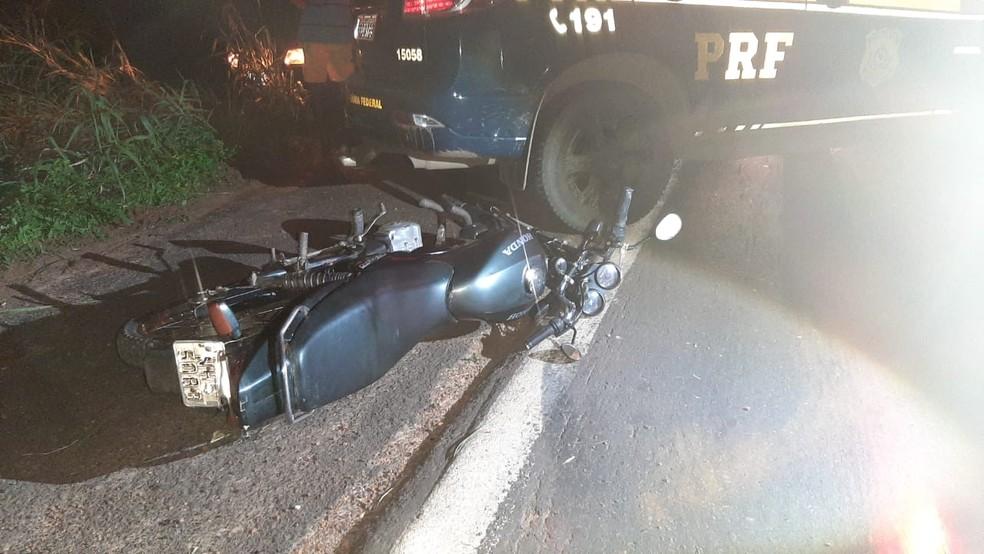 Condutor da motocicleta, um homem de 53 anos de idade, após a batida não resistiu a gravidade dos ferimentos e morreu — Foto: Divulgação/Polícia Rodoviária Federal
