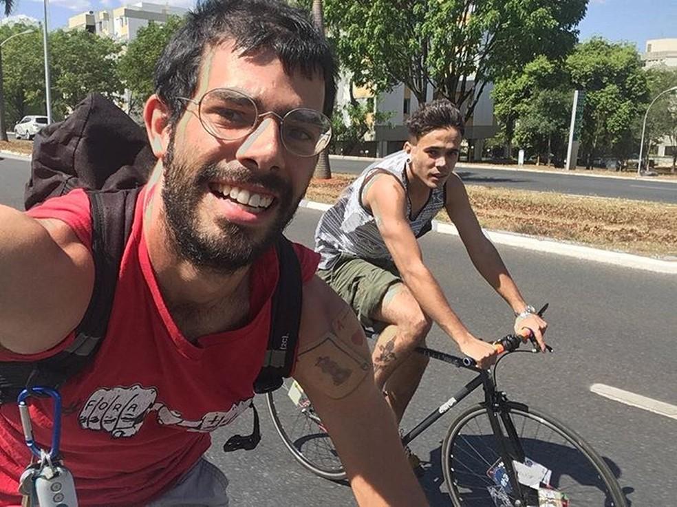 O ciclista da ONG Rodas da Paz Raul Aragão durante passeio com o amigo David Alexandre Melo em Brasília (Foto: Reprodução)