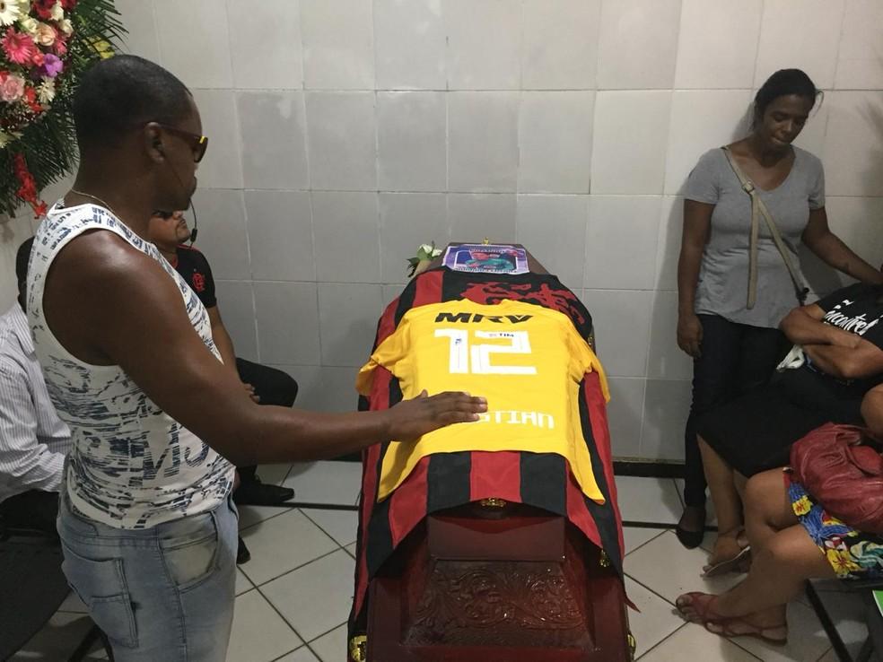 Corpo de Christian Esmério é velado no Rio de Janeiro — Foto: Fernanda Rouvenat/ G1