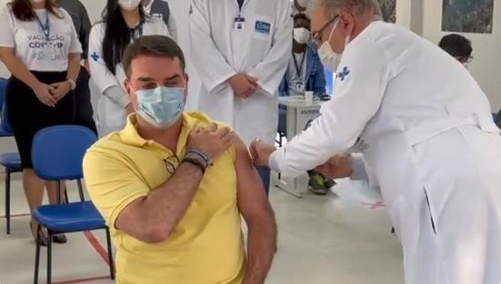 Flávio Bolsonaro é vacinado por Marcelo Queiroga