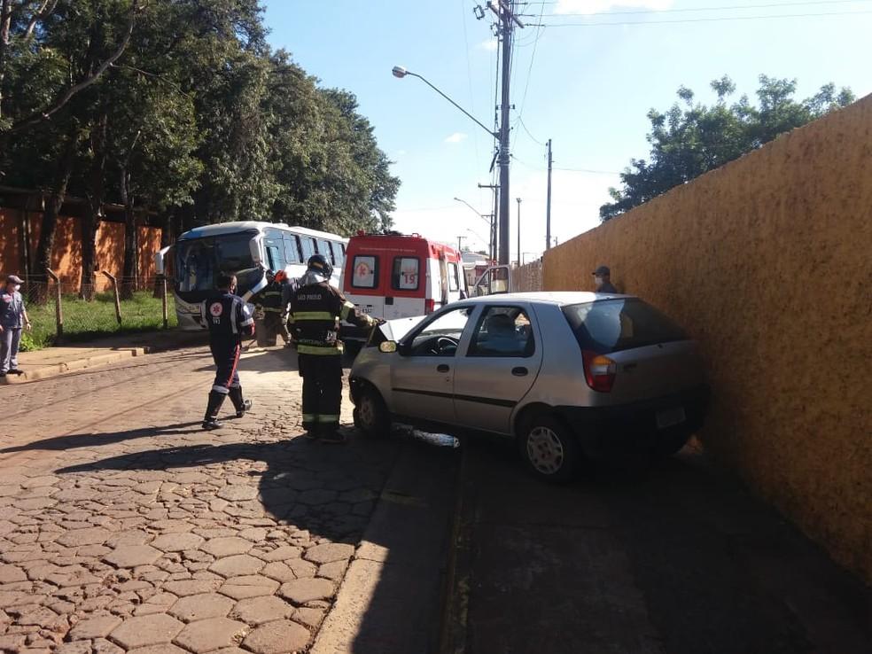Colisão entre carro e ônibus deixa um ferido em avenida de Avaré — Foto: Arquivo Pessoal