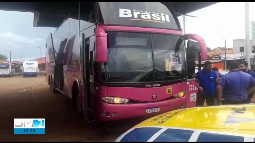 Ônibus é apreendido realizando o transporte irregular de passageiros no Maranhão. — Foto: Reprodução/TV Mirante