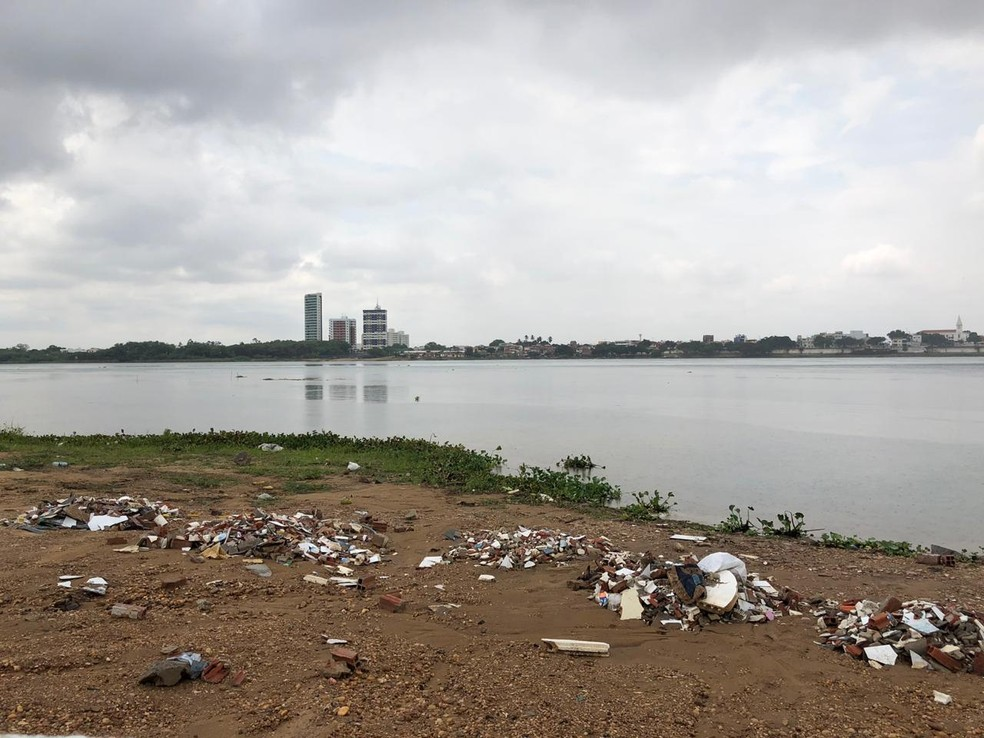 Empresa foi multada por jogar entulho na margem do Rio São Francisco  — Foto: PMP / Divulgação