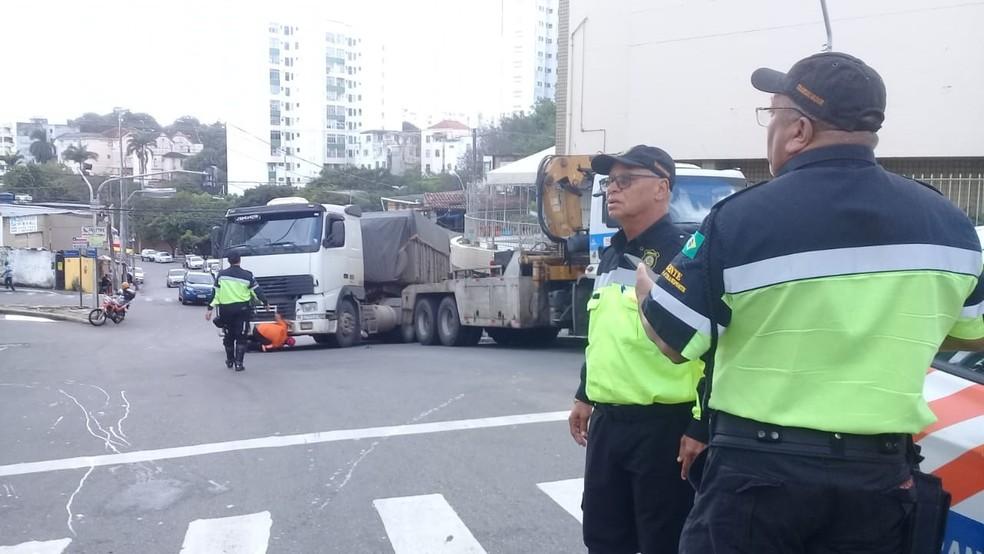 Caminhão ficou atravessado na via — Foto: Cid Vaz/TV Bahia