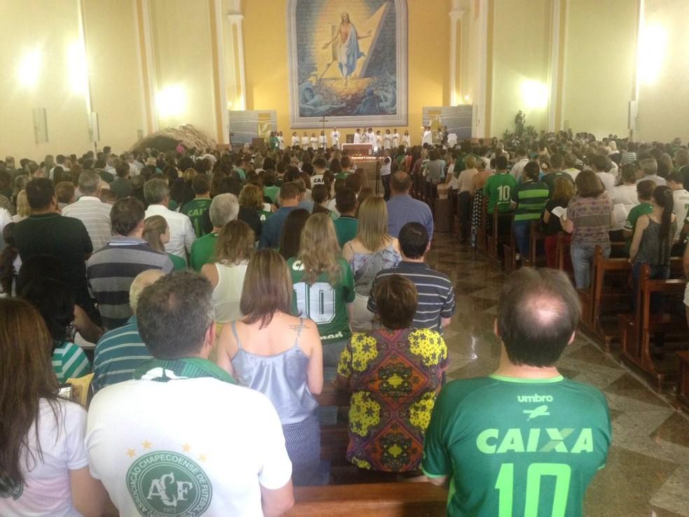 Torcedores acompanham missa na catedral de Chapecó na noite desta quarta-feira (29) em homenagem às vítimas do acidente aéreo com a Chapecoense (Foto: Eduardo Florão/GloboEsporte.com)
