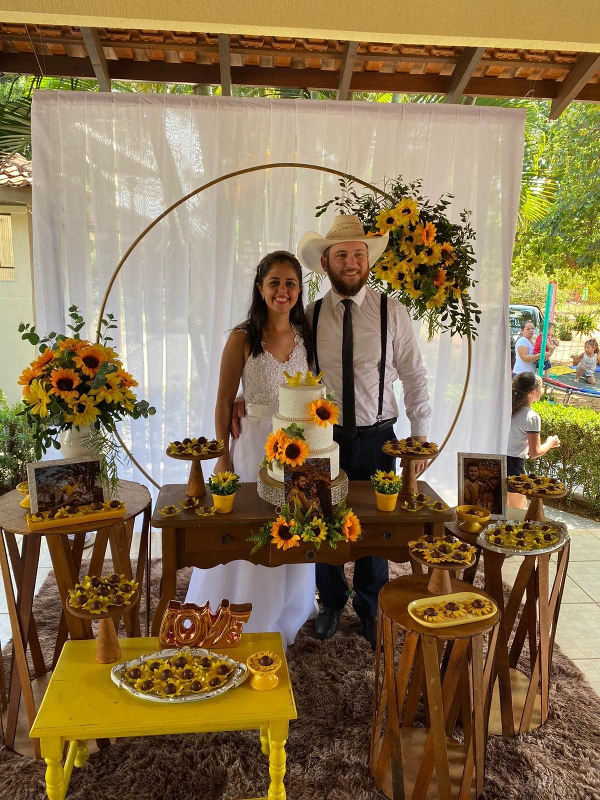 Perda dos avós fez casal desistir de festão e ter somente casamento íntimo no Pantanal: 'Decorado com girassóis'