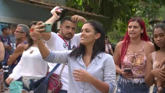 Danielle Estevão é libertada e comemora ao lado de parentes, amigos e moradores de Magé
